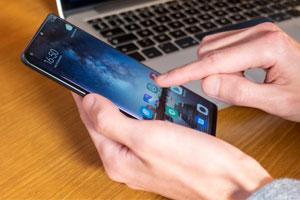 Main sur un smartphone