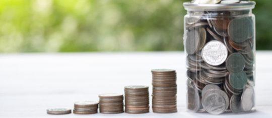 Un pot en verre rempli de pièces de monnaies